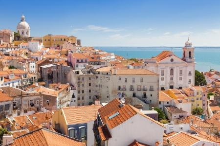 リスボン、ポルトガルの最も人気のある地区の一つアルファマ街並みのパノラマ