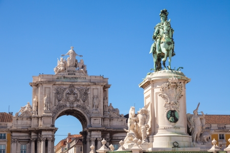 lisboa: Statue of King Jose I and the Rue Augusta arch of Commerce square in Lisboa, Portugal  On the arch the sculptures of Viriatus, Vasco da Gama, Pombal and Nuno Alvares Pereira Stock Photo