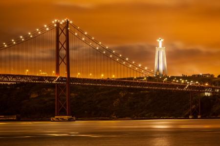 テージョ川とリスボン大キリスト、夜、ポルトガルの上 25 de Abril 橋