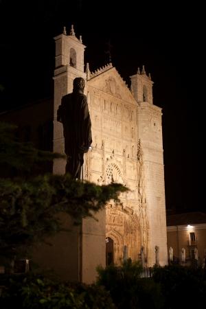 pablo: Re Filippo II statua di fronte Chiesa di San Pablo di notte, Valladolid, Spagna