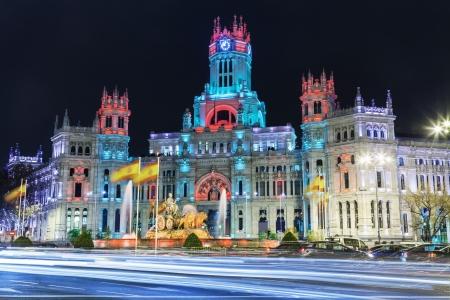 シベレスの噴水、市庁舎やクリスマス、マドリード、スペインのための特別な照明条件下での通信の元宮殿の前に 写真素材