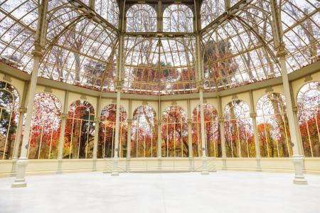 マドリード、スペインの Palacio de cristal 駅内から見たレティーロ公園の冬