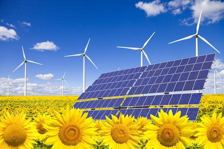 erneuerbar: Windturbinen und Solaranlagen auf Sonnenblumen-Feld