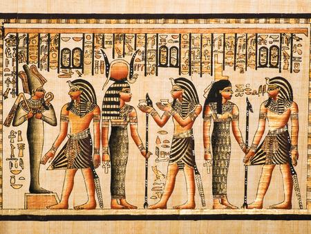 エジプトのパピルス ツタンカーメン王と神オシリス、ハトホルとイシスを示す 報道画像
