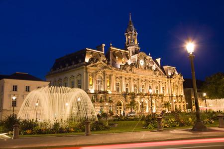 Hotel de Ville (municipio) di Tours durante la notte. Francia
