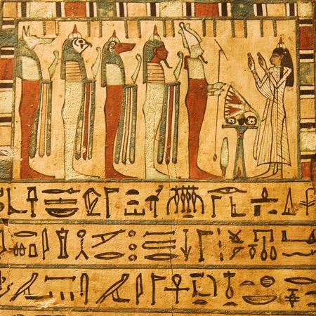 horus: Dioses del antiguo Egipto y jeroglíficos pintados sobre piedra