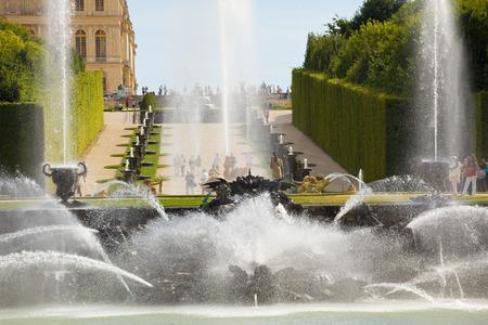 neptuno: Fuente de Neptuno rociar agua en Versailles Chateau, Francia. Vista cercana