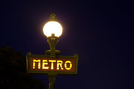 iluminated: Metro de Par�s signo iluminados por la noche