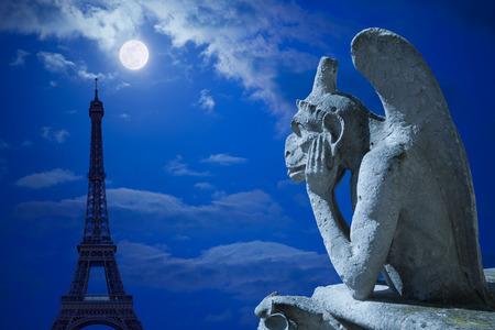 gargouille: La Tour Eiffel et (gargouille de Notre Dame) Stryge sous la lune �ditoriale