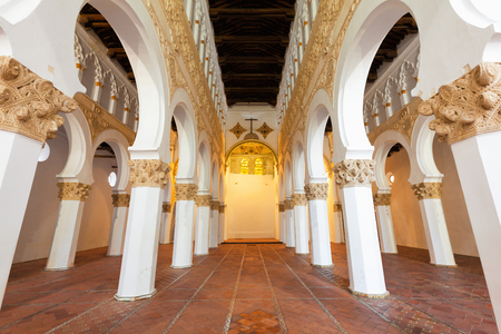 Das Innere der Santa Maria la Blanca Synagoge in Toledo, Spanien. Errichtet im Jahre 1180 und die älteste Synagoge in Europa immer noch als stehend