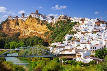 スペイン カディス県にあるグアダレテ川に沿って岩の上構築アルコス デ ラ フロンテラ、白い町のパノラマ