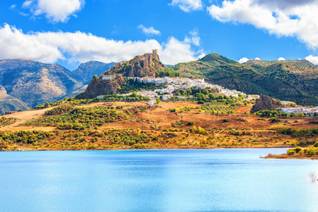 la: Panoramic of Zahara de la Sierra over Guadalete river (forming Zahara reservoir). Typical white town in the province of Cadiz, Spain