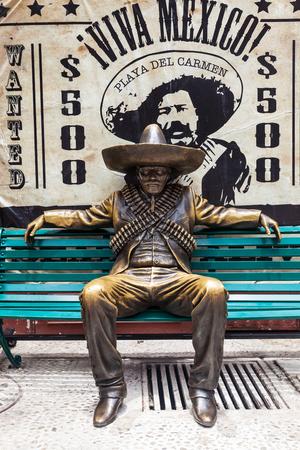 Playa del Carmen, México - 27 de junio de 2013: la escultura de un guerrillero mexicano en Playa del Carmen, México