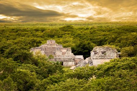cultura maya: Ek Balam vista desde la parte superior de la Acrópolis. sitio arqueológico maya de Ek Balam (jaguar negro) en Yucatán, México Foto de archivo