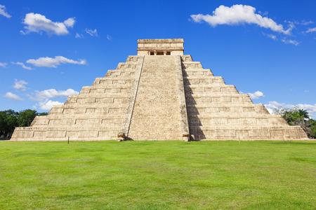 cultura maya: El Castillo de Kukulk�n templo de Chich�n Itz�, pir�mide maya en Yucat�n, Mxico Foto de archivo