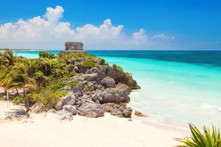 cultura maya: Dios de los Vientos templo en el mar turquesa del Caribe. antiguas ruinas mayas en Tulum, M�xico Foto de archivo