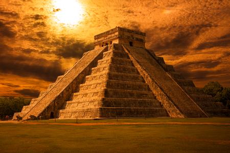 kukulkan: El Castillo Kukulkan Temple of Chichen Itza, mayan pyramid in Yucatan at sunset, Mxico