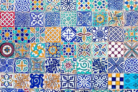 ceramica: Mosaico formado por azulejos de diferentes diseños Foto de archivo