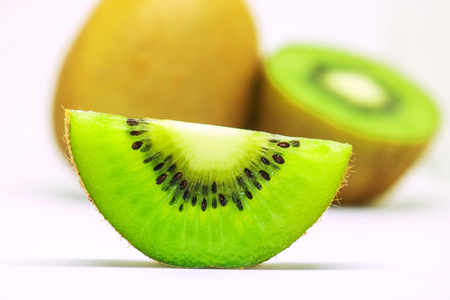 kiwi fruta: Fresh kiwi fruit isolated on white background. Kiwifruit its health benefits, Boosts Your Immunity, Supports Weight Loss, Helps Clean Out Toxins and Protects the Skin.