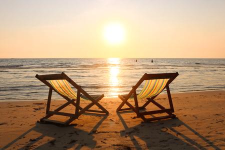 Chaises de plage sur la plage tropicale et la mer à l'heure du coucher du soleil d'été. Chaises de plage vides en vacances d'été sur l'île paradisiaque tropicale. Banque d'images