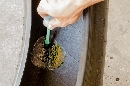 recap: Apply glue in recap tyre process