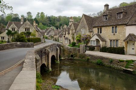 Wieś Cotswold w Castle Combe w Anglii