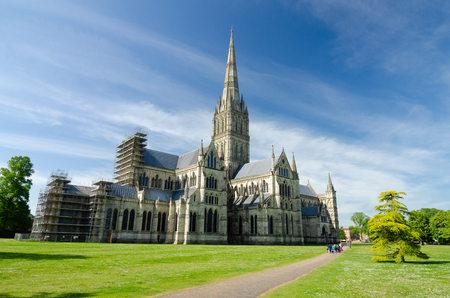 Salisbury Cathedral With Green Park In Spring Season, Salisbury, England 免版税图像