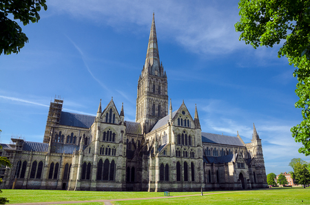 Salisbury Cathedral With Green Park In Spring Season, Salisbury, England 免版税图像