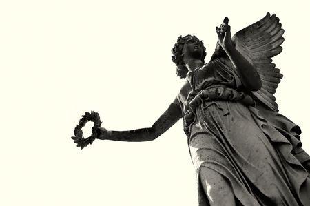 ange gardien: ang�lique victoire soft statue sur fond s�pia