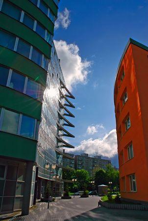 reflexion: edificios corporativos con soleado reflexi�n hacia el cielo nublado