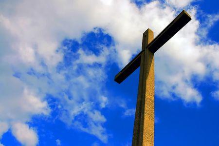 alabando a dios: cemento cruz iluminada contra el cielo nublado