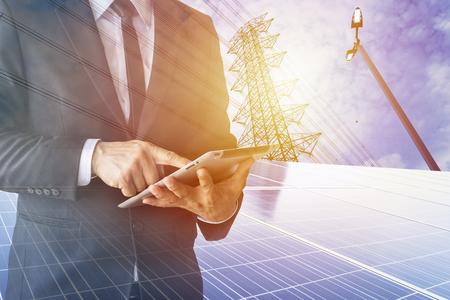 Les hommes d'affaires calculent l'investissement, l'équilibre, les pertes, les finances, l'énergie renouvelable, les hommes portent un costume noir, travaillent avec un ordinateur. Internet, moderne, cellule solaire.