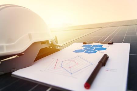 werkende fotovoltaïsche panelen op zonnestation, wetenschap zonne-energie, ingenieur bezig met controle en onderhoud van apparatuur bij zonne-energie van de industrie, grafieksectie Stroomverbruik.