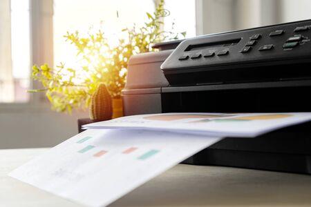 Der Drucker ist voll funktionsfähig, befindet sich auf dem Schreibtisch. Im Büro ist es wichtig, die Arbeit und den Erfolg der Arbeit zu präsentieren.