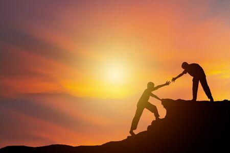 Concetto di isolamento del lavoro di squadra. La scalata all'avventura, una nuova sfida. Sto cercando di vedere che attira anche più persone al vertice. Archivio Fotografico