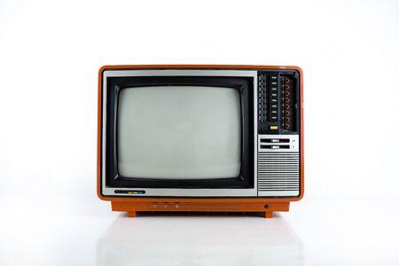 Téléviseur vintage isolé. Télévision rétro - Isoler la vieille télévision rouge vintage sur la technologie blanche et rétro. Concept de télévision antique.