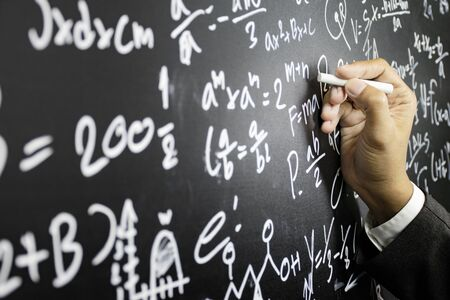 Mathematical concepts. The teacher explained math problems to students by writing intelligence problems on the blackboard. Banque d'images