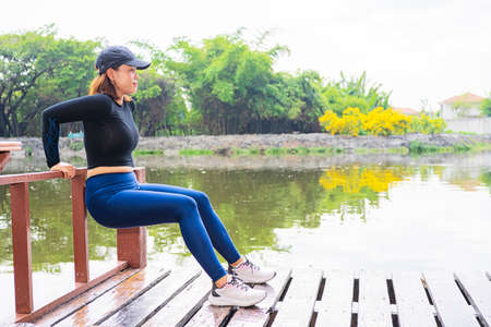 Portrait of beautiful young woman exercising in the park. Caucasian female fitness model working out in the morning. 版權商用圖片
