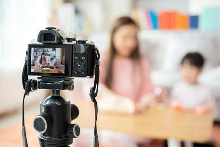 The influential beauty has recorded a video teaching young girls who are interested in makeup. And bring the video to publish 版權商用圖片