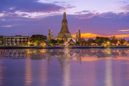 Twilight view of Wat Arun Ratchawararam temple. Beautiful sunset at Chao Phraya river, landmark thailand tourist spot, Bangkok, Thailand 版權商用圖片