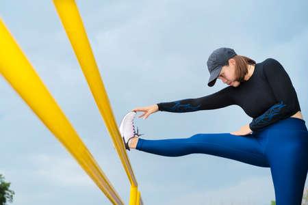 Women runner doing stretching exercise, preparing for morning workout in the park 版權商用圖片