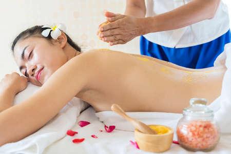 Spa Woman. Brunette Getting a Salt Scrub Beauty Treatment in the Health Spa. Body Scrub. 版權商用圖片