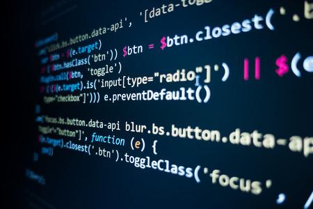 Quellcode der Software. Programmiercode. Programmiercode auf dem Computerbildschirm. Entwickler, der im Büro an Programmcodes arbeitet. Quellcode-Foto. Technologiehintergrund. - Bild