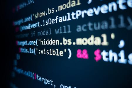 Softwarebroncode. Programmeercode. Programmeercode op computerscherm. Ontwikkelaar werkt aan programmacodes op kantoor. Broncode foto. Technische achtergrond. - Afbeelding