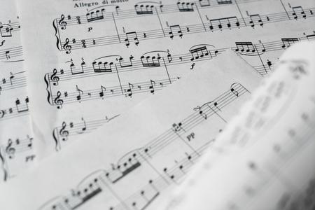Spartito musicale in bianco e nero. Usato per lo sfondo. Immagine.