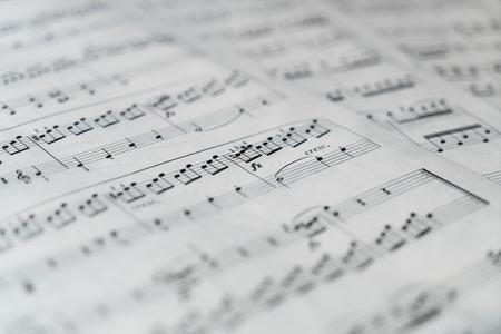 Musikpartitur in Schwarzweiß. Wird für den Hintergrund verwendet. Bild.