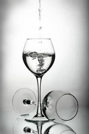 Két borospoharak és vízcseppek