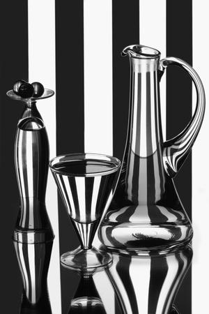 Két vázák egy kis üveg golyó és egy borospohár
