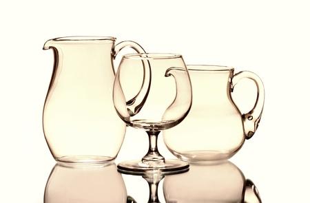 Egy borospohár és két üres kancsók