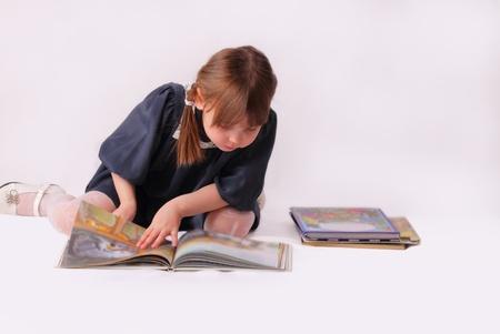 Ein kleines Mädchen Blick in das Buch